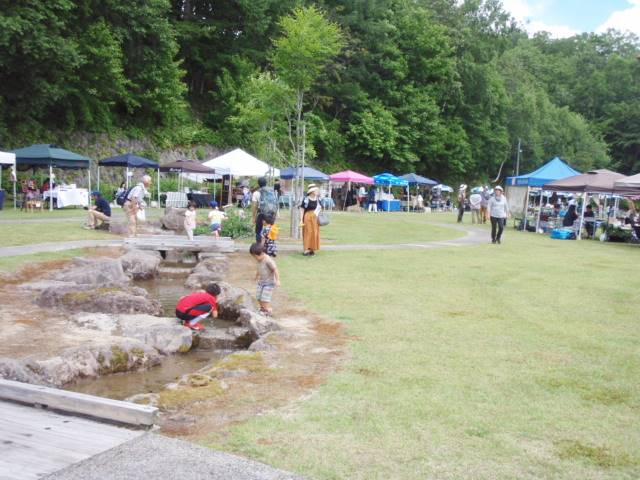 歴史記念館庭園内の小川