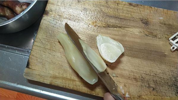 皮を剥いたヤーコン斜め切り