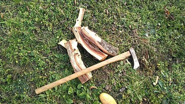 斧で薪割り